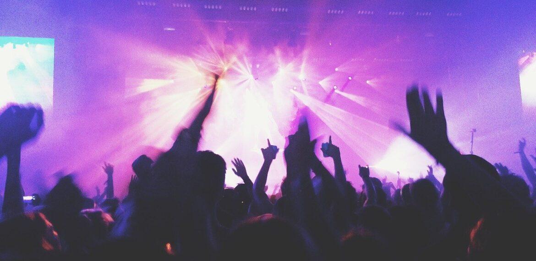 Musik koncert med lilla lys